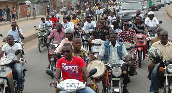 Des conducteurs de motos confinés sur la piste cyclable...